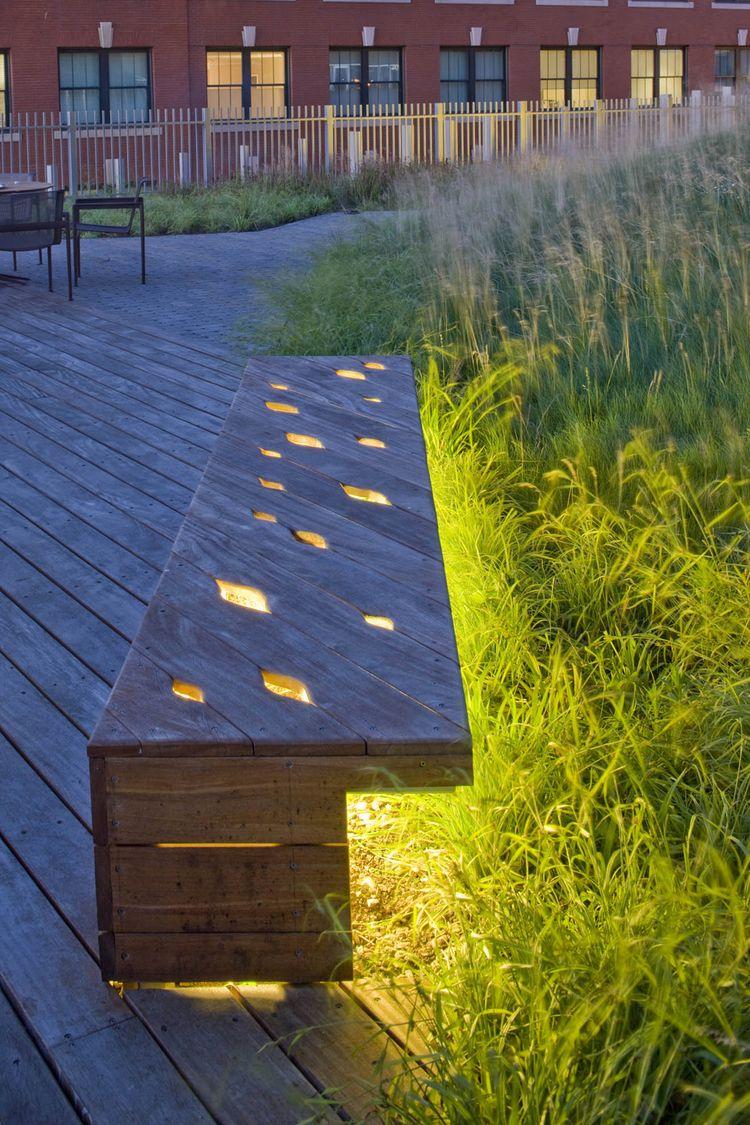 Деревянная скамейка с элементами подсветки