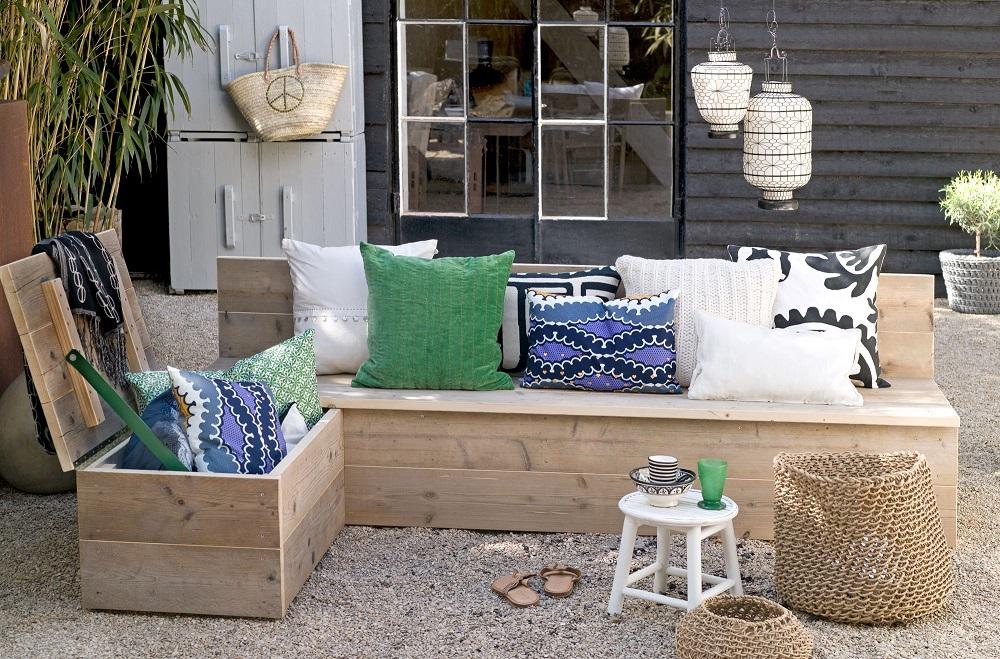 Деревянная скамейка с ёмкостью для хранения подушек