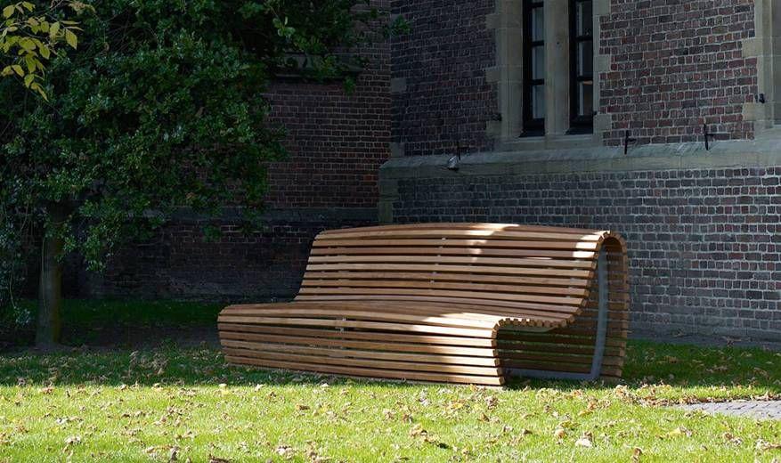 Деревянная скамейка обтекаемой формы