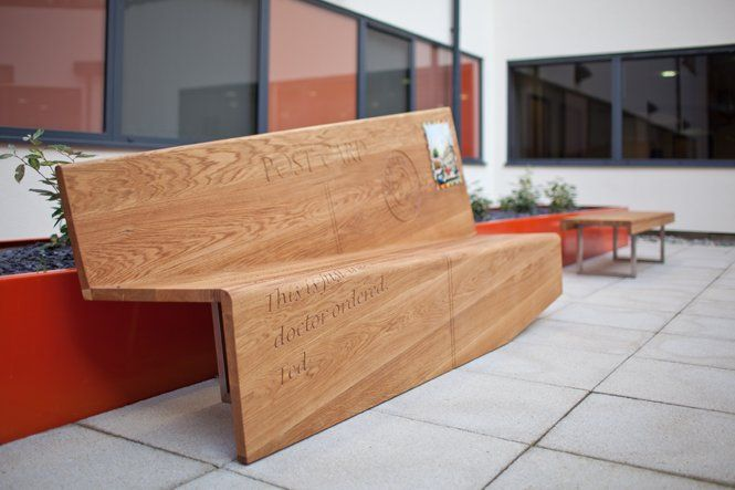 Изогнутая деревянная скамейка, имитирующая почтовую открытку