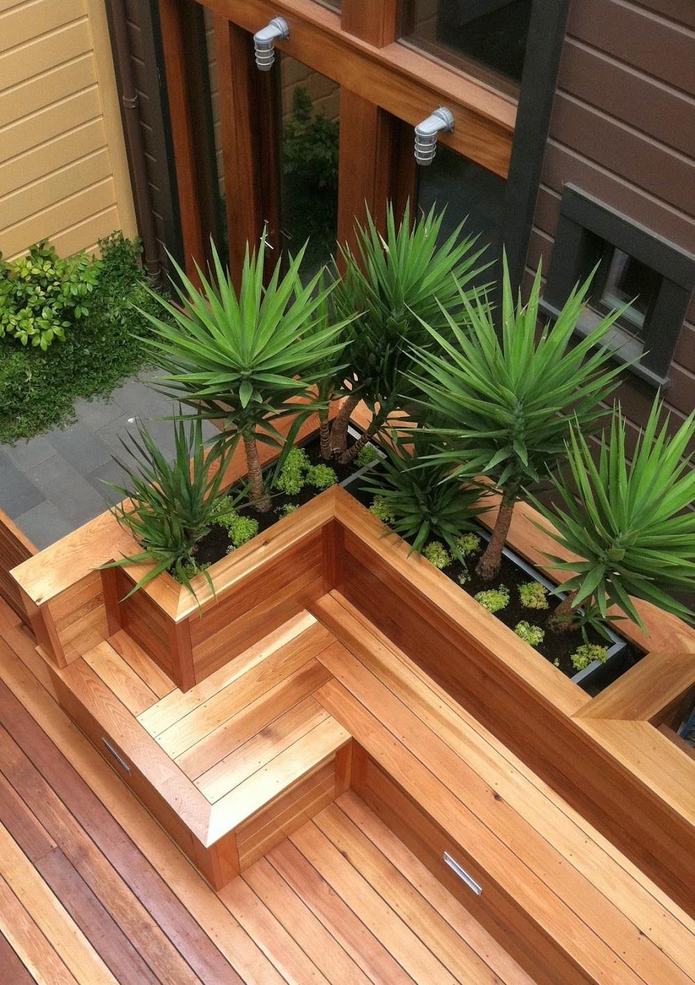 Деревянная скамейка с нишей для цветов за спинкой