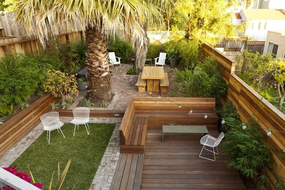 Скамейка по стилю и цвету соответствует различным деревянным конструкциям в саду