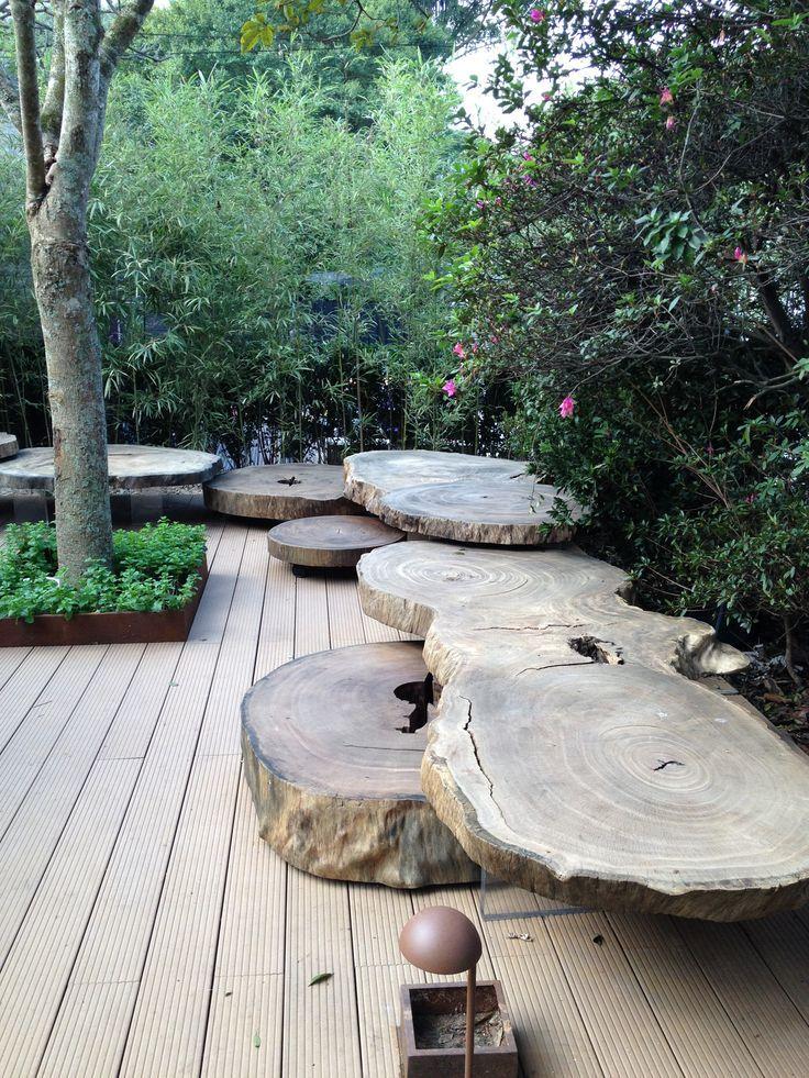 Деревянная скамейка составлена из поперечных срезов ствола большого дерева
