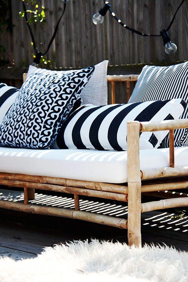 Скамейка из бамбука с мягкими черно-белыми подушками