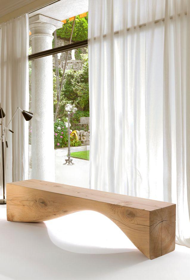 Скамейка из большого деревянного бруса с обтекаемым вырезом внизу