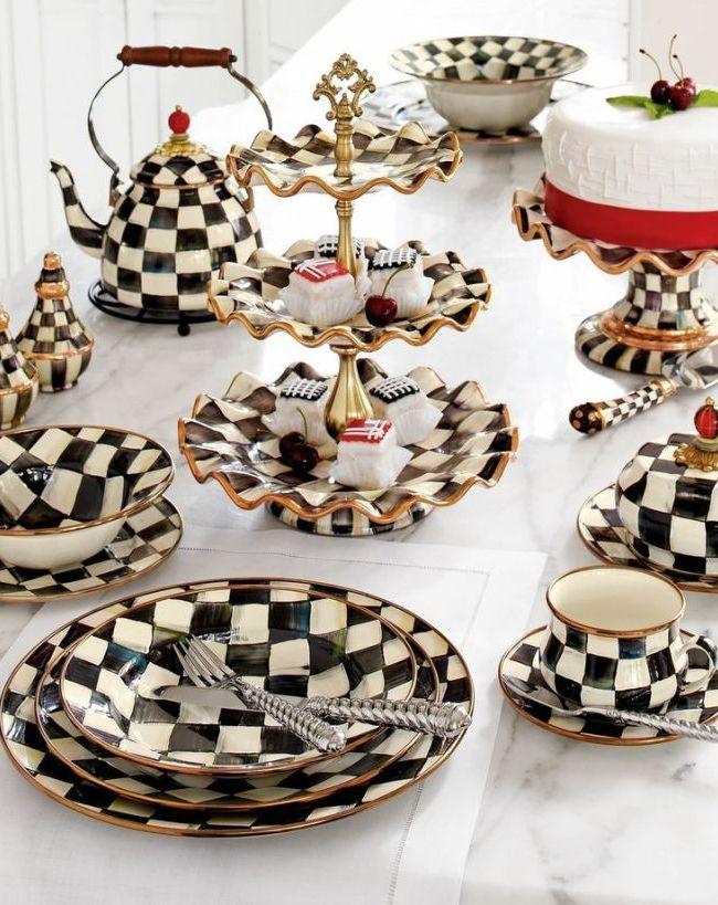 Большие сервизы дополнительно могут комплектоваться конфетницей, чайником, сахарницей и другими столовыми предметами