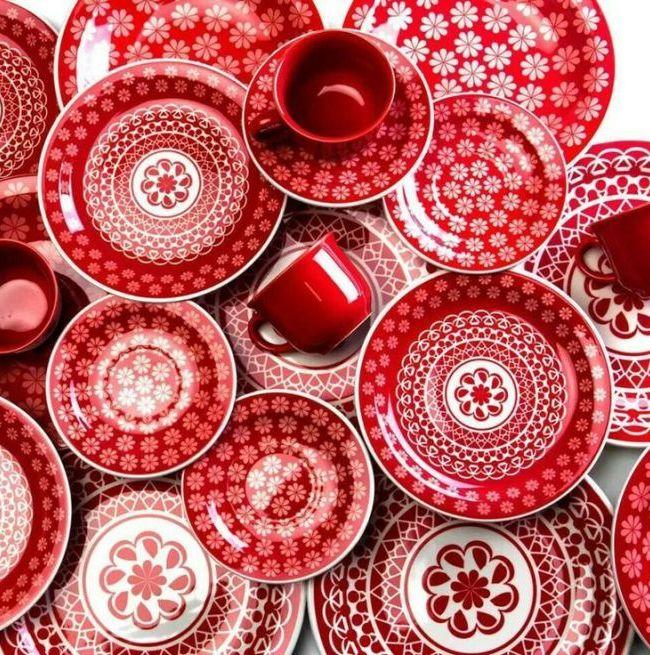 Яркий красный столовый сервиз из фаянса