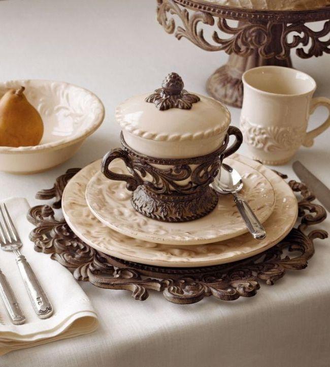 Керамическая посуда с резным объемным узором гармонично впишется на кухню в стиле кантри