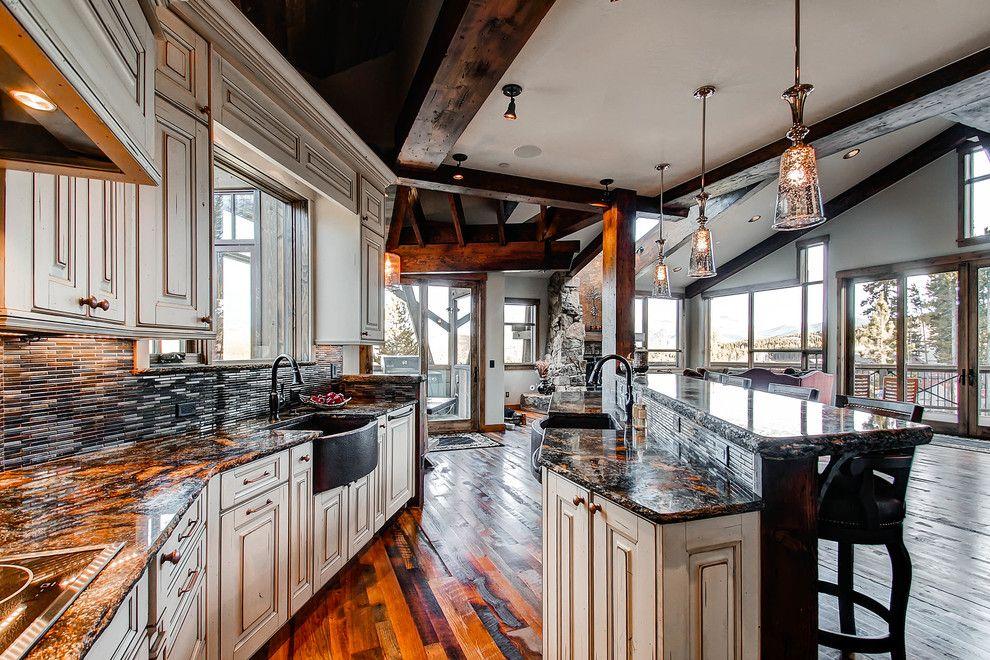 Светодиодные светильники прекрасно вписываются в помещения с низкими и высокими натяжными потолками, обеспечивая максимально яркое освещение комнаты