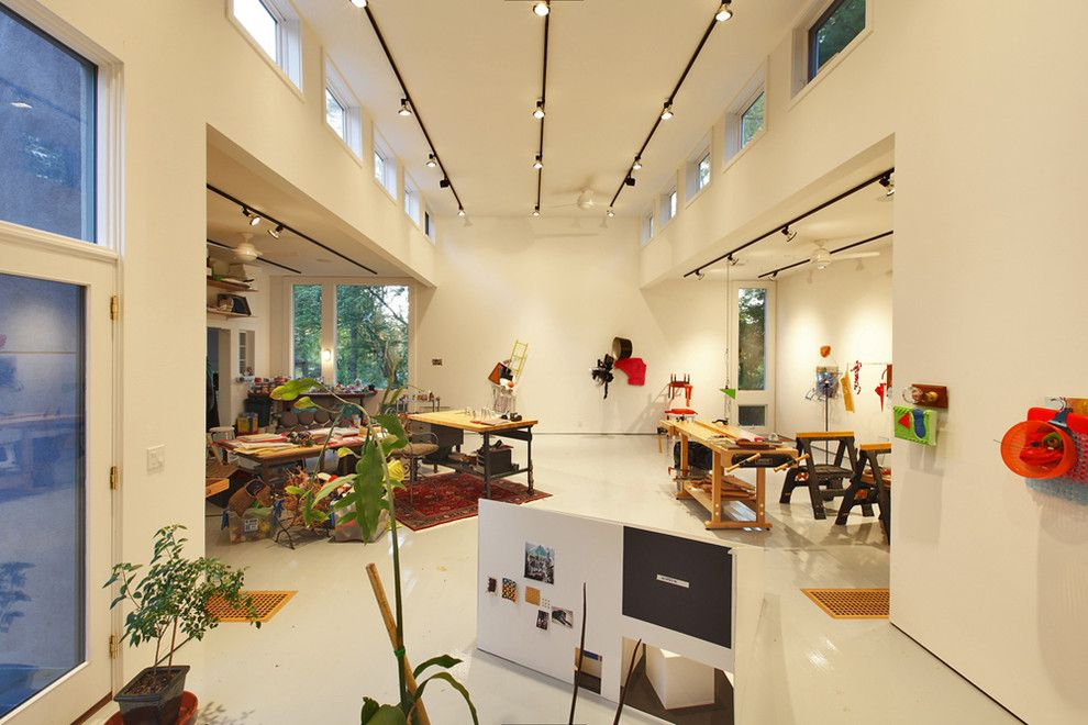 Светильники-споты, за счет направленного света и поворотного механизма, отлично подойдут для художественных галерей