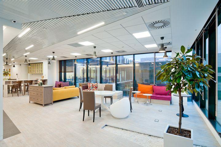 Экономичные, мощные и яркие светодиодные панели с легкостью заменят растровые светильники в офисе
