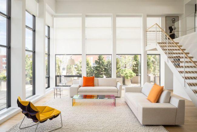 Светлый просторный дом с большими окнами