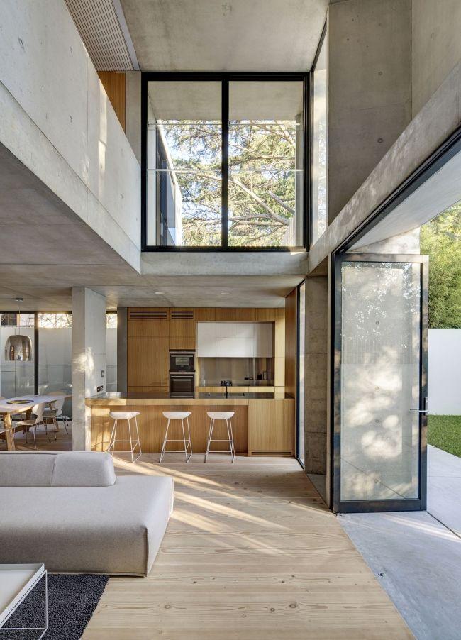 Стена, отделяющая помещение от заднего двора, выполнена в виде стеклянной двери-гармошки