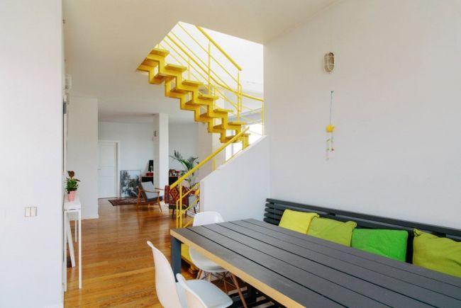 Лестница на второй этаж выкрашена в яркий желтый цвет