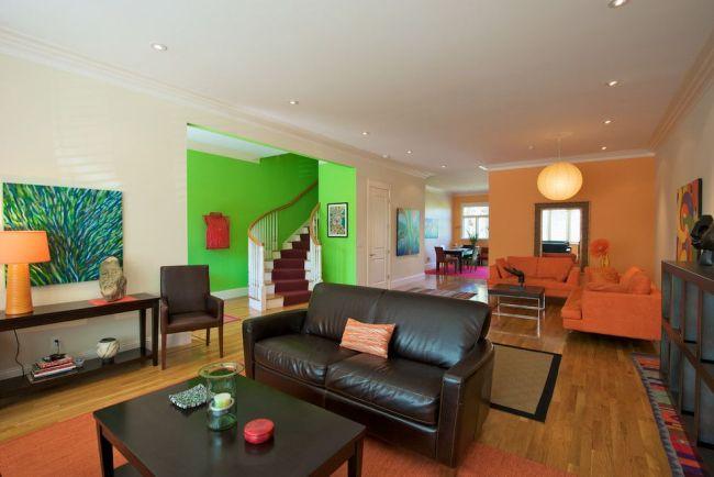 Нижний этаж таунхауса обычно отводится под гостиную, кухню и столовую