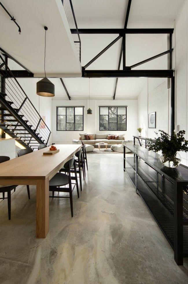 Черный цвет лестницы и других элементов контрастно смотрятся на фоне светлого интерьера