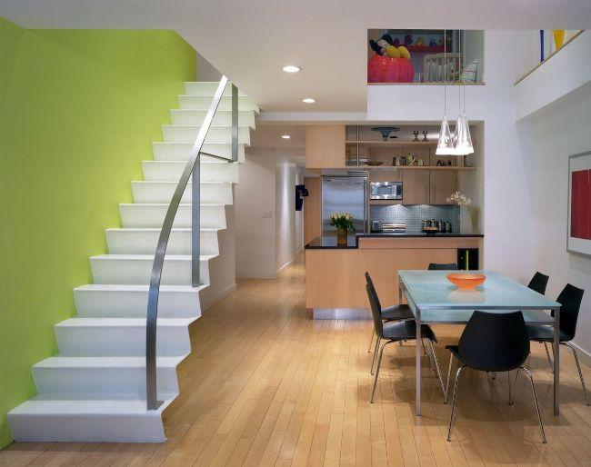 Лестница, ведущая на второй этаж, эффектно подчеркнута яркой салатовой стеной