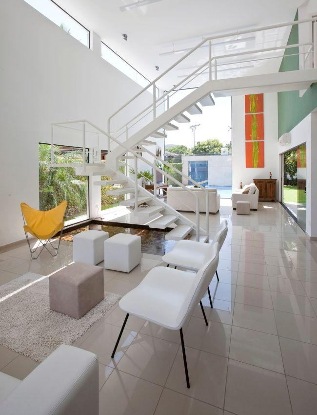 Белый интерьер эффектно освежают яркие цветные элементы