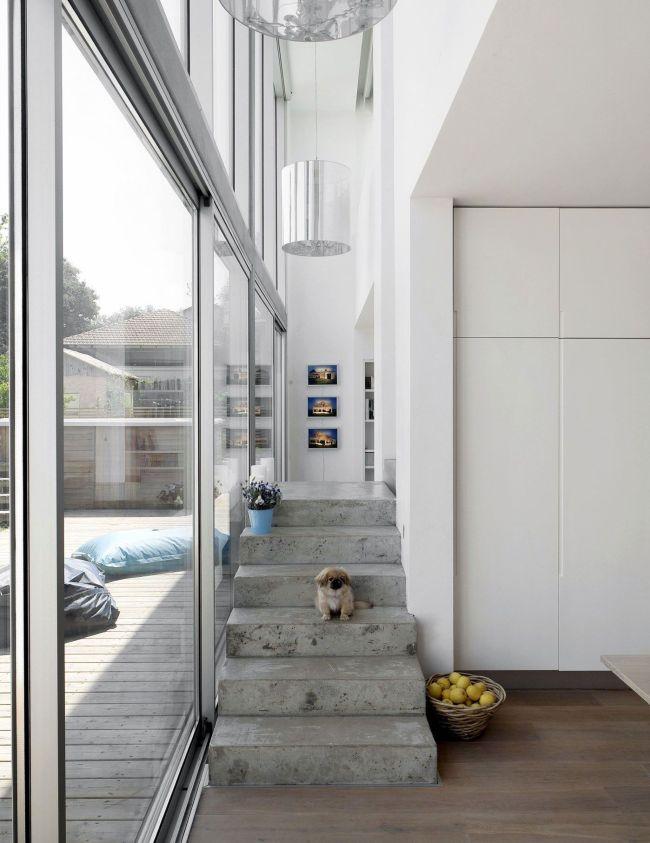 Лестница расположена вдоль стеклянной стены и скрыта от основного помещения