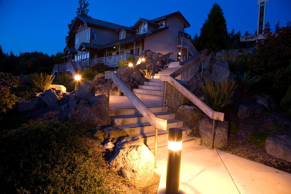 Светильники - болларды расположены вдоль одного края лестницы