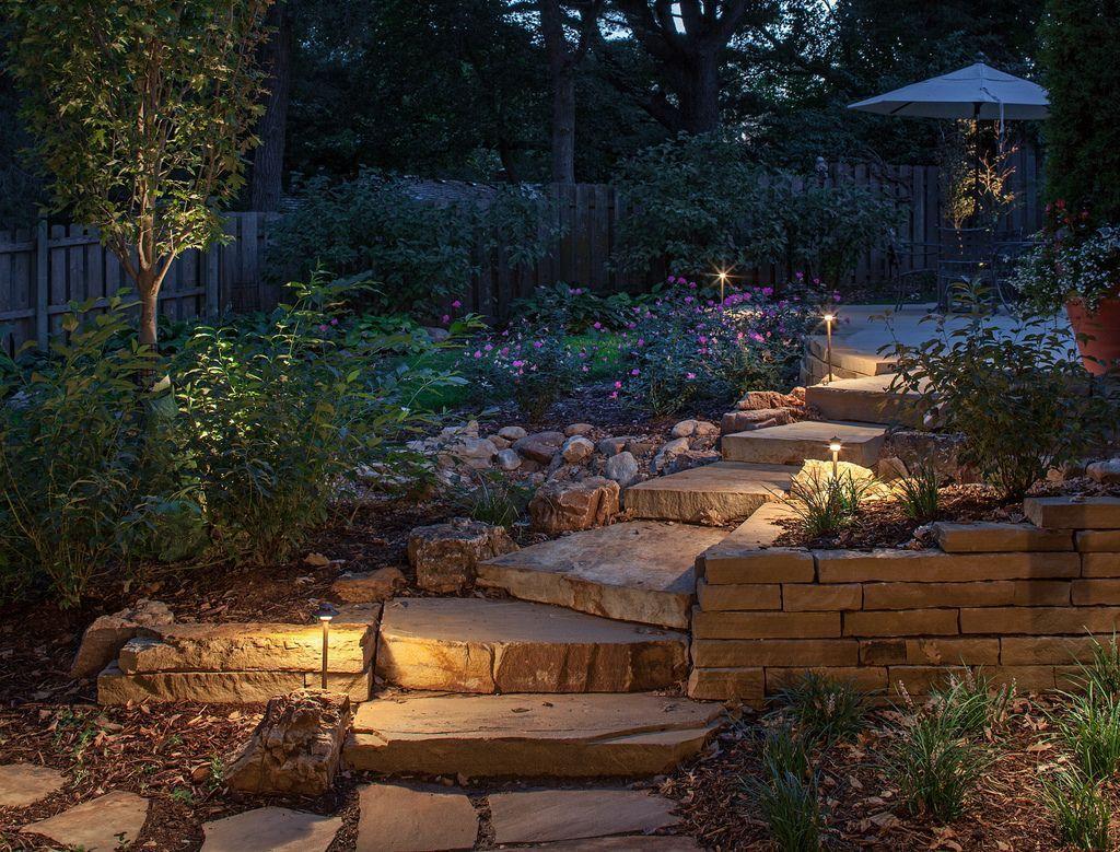 Использование светильников на солнечных батареях для подсветки каменной лестницы