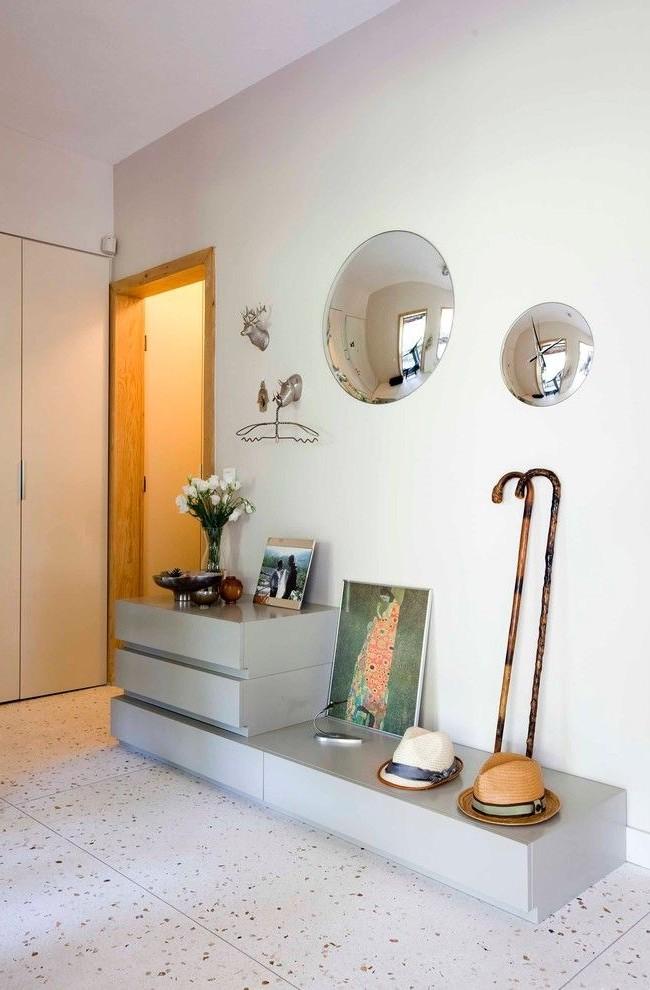 Небольшое выпуклые зеркало дает большой угол обзора, рядом выпуклое зеркало -часы