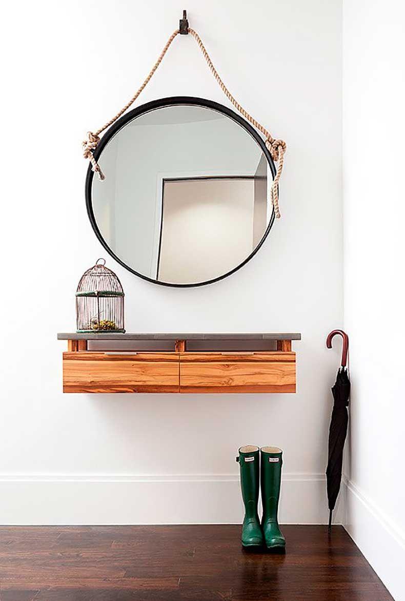 Настенное зеркало, подвешенное на веревке