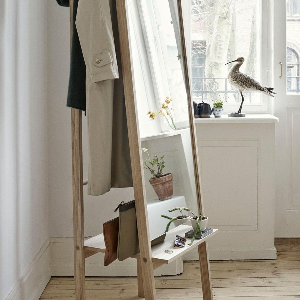 Зеркало на деревянной основе с полочкой и вешалкой
