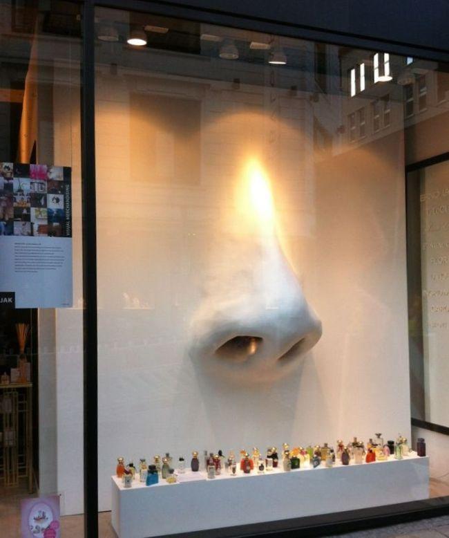 Витрина магазина духов и парфюмерии