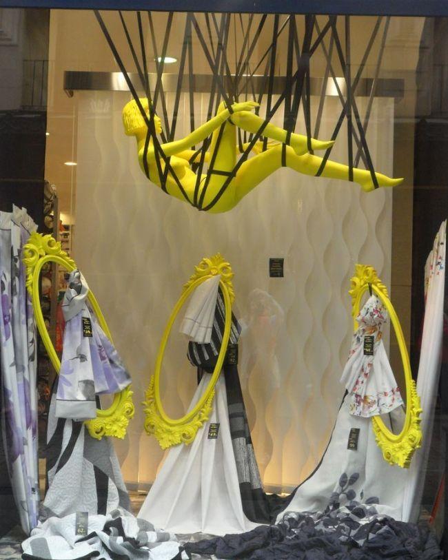 Неординарная витрина магазина одежды