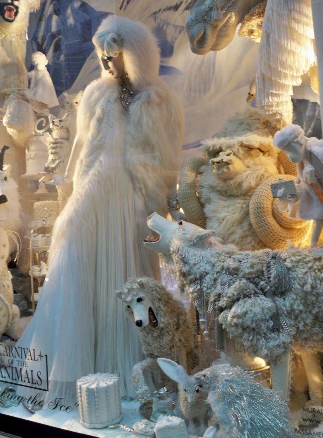 Волшебная зимняя сказка на витрине магазина