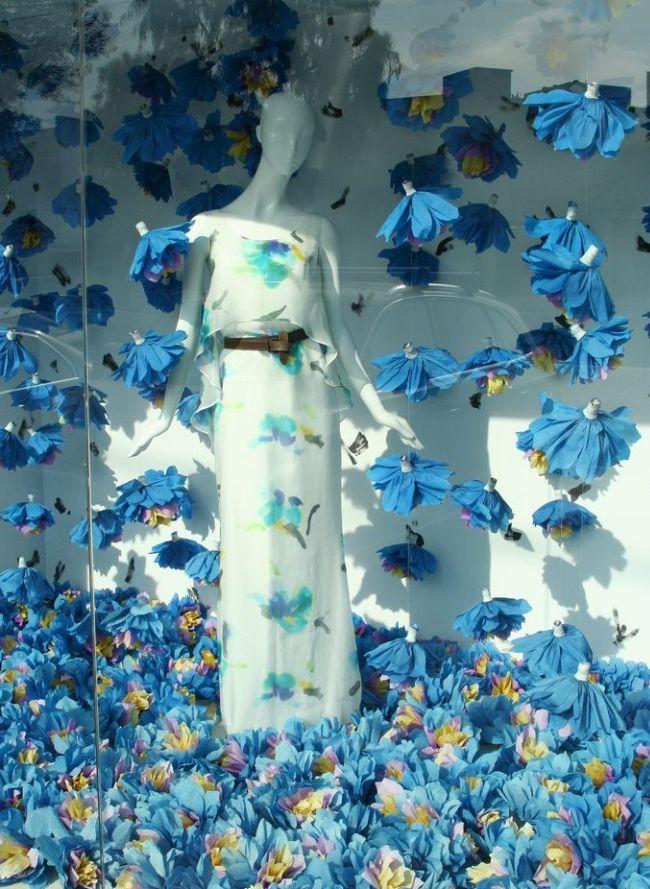 Нежное цветочное оформление витрины