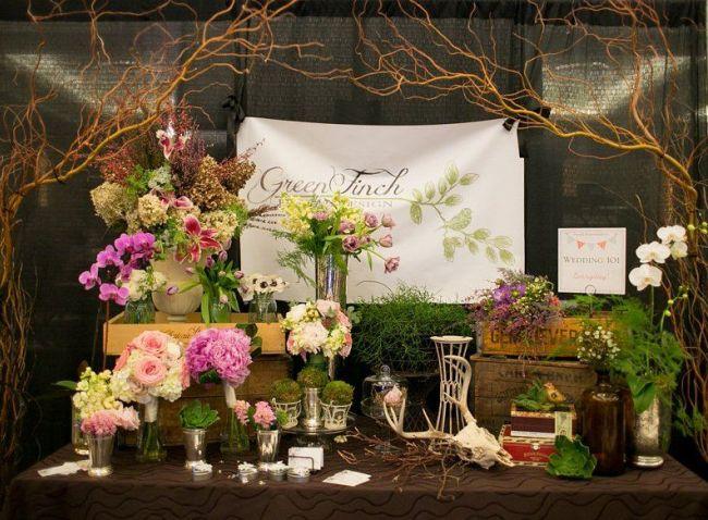 Красивое, нежное оформление витрины цветочного магазина