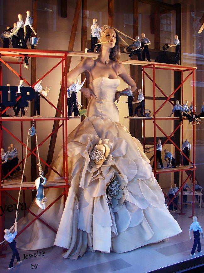 На витрине запечатлен процесс создания свадебного образа