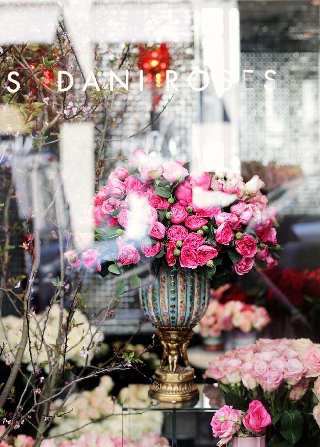 Витрина цветочного магазина всегда выглядит свежо и нарядно