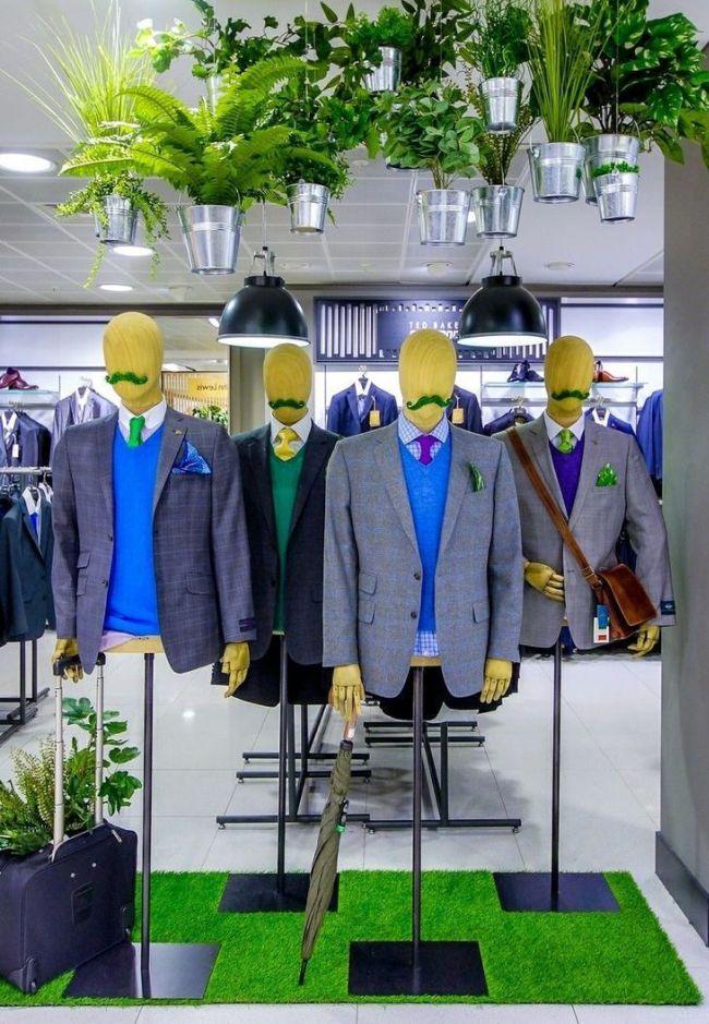 Усатые манекены в пиджаках на витрине магазина мужской одежды