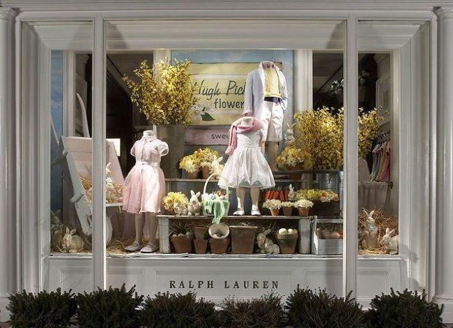 """""""По-взрослому"""" строго и элегантно оформлена витрина магазина детской одежды"""