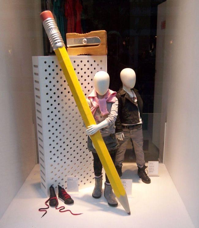 Интересное оформление витрины магазина школьных принадлежностей
