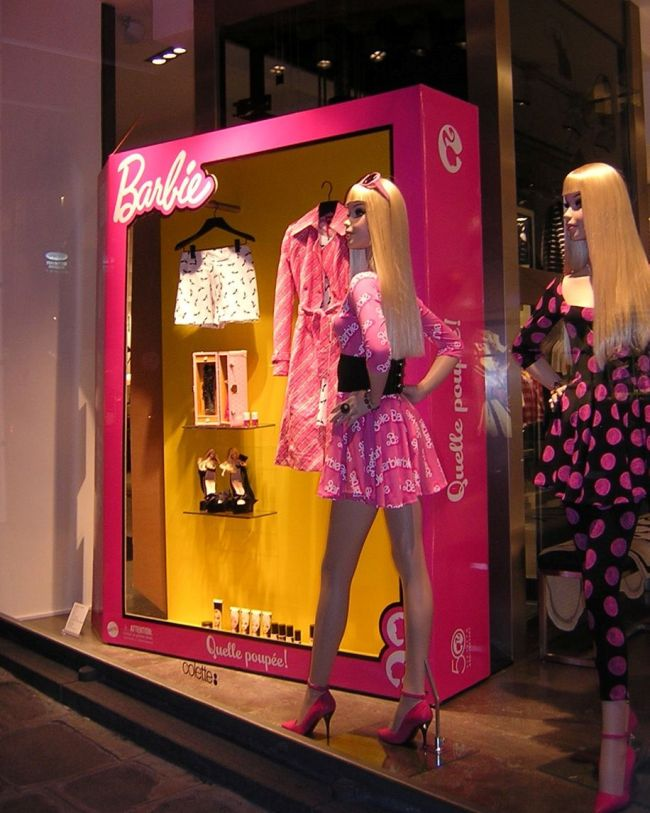На витрине фирменного магазина Барби - огромные куклы-манекены