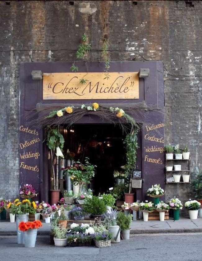 Вход в магазин украшен яркими живыми цветами