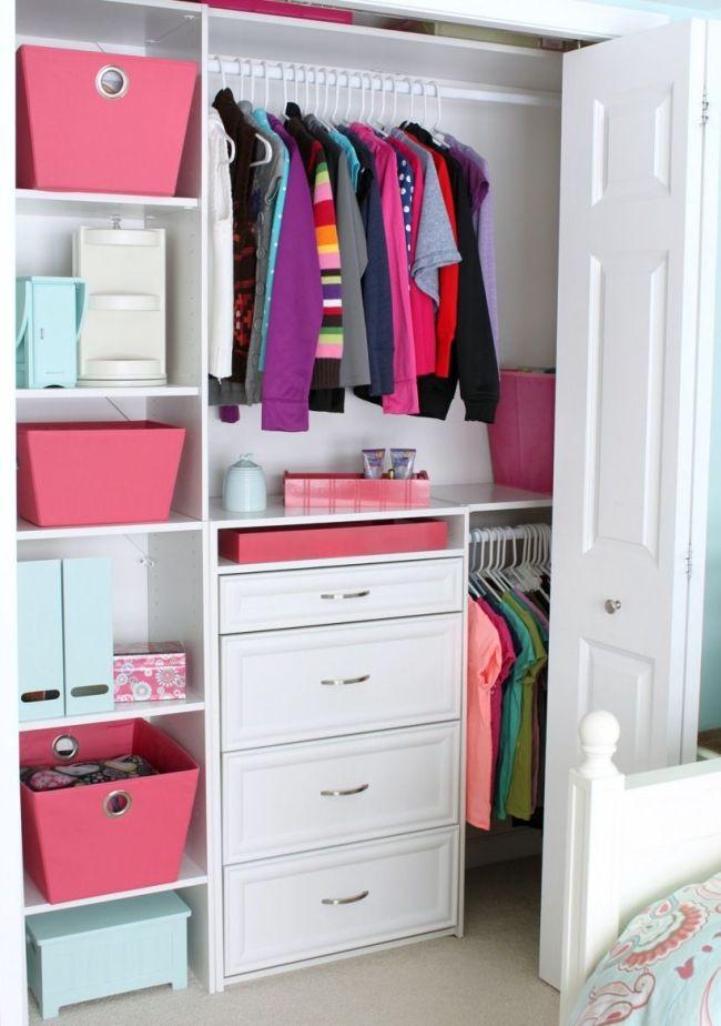 Встроенный шкаф можно дополнить ящиками для мелких вещей