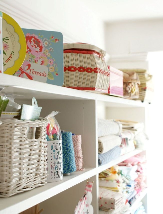 На полочках в комнате прекрасно будут смотреться плетеные корзинки