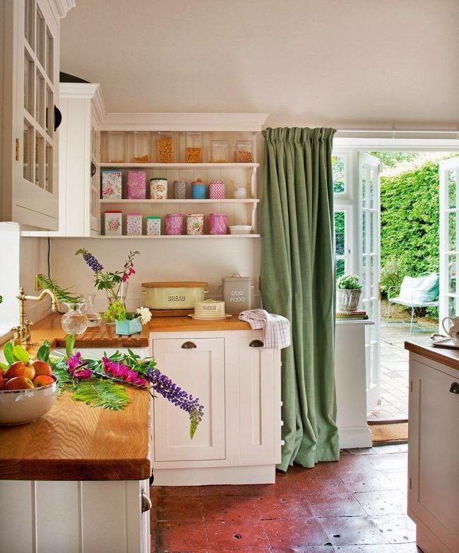 Зеленые занавески контрастно смотрятся на светлой кухне