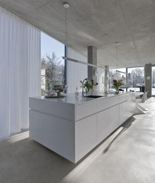 Белые занавески на кухне в стиле минимализм