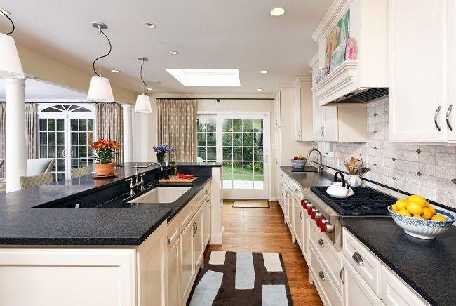 Веселые занавески в горох на окнах и дверях кухни
