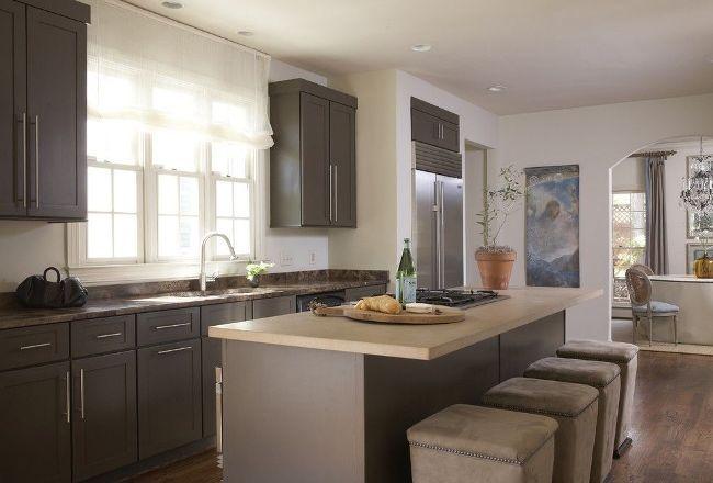 Если кухонная мебель расположена под окном - отдайте предпочтение коротким занавескам