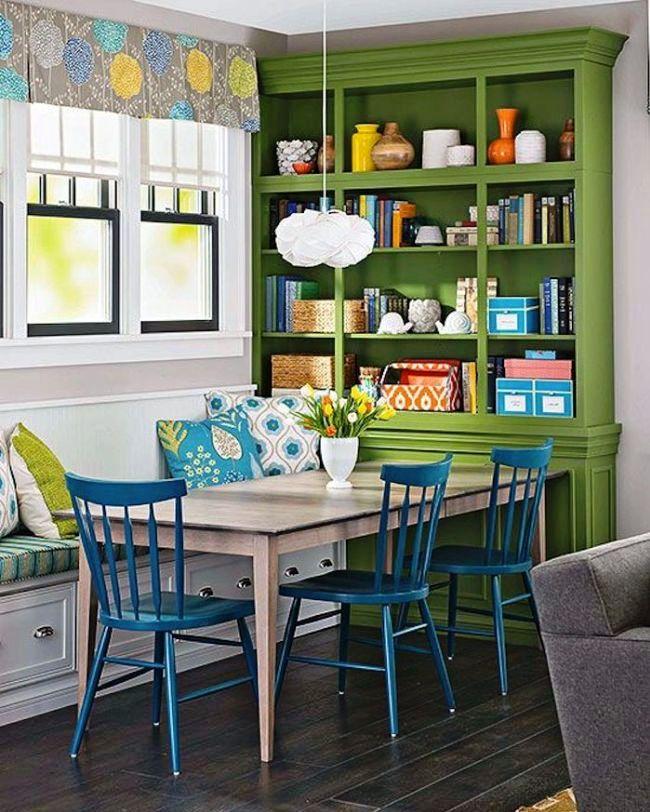 Короткая занавеска с ярким рисунком на кухне