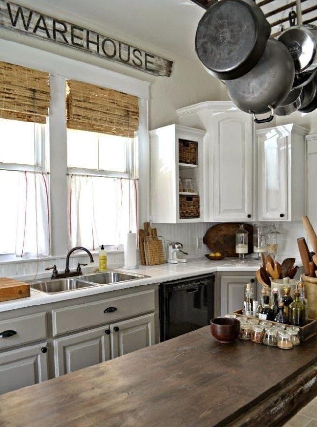 Оригинальное сочетание тюлевой занавески и бамбуковой шторы на кухне