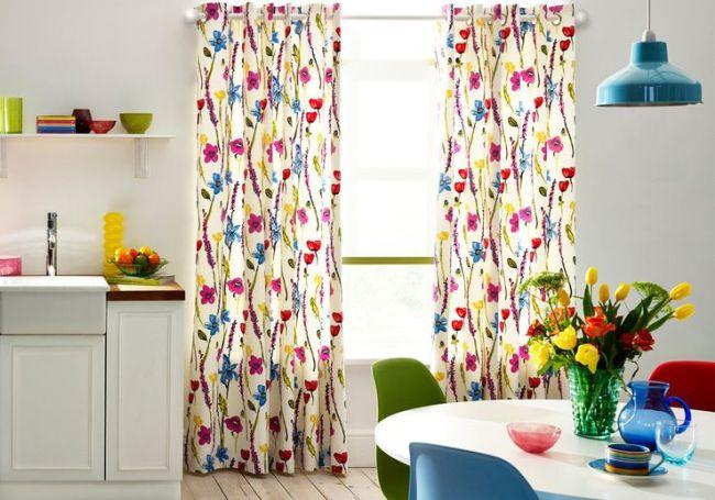 Яркие занавески с цветочной расцветкой по-весеннему украсят кухню