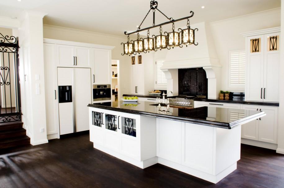Размещенные в ряд кованые плафоны дают возможность максимально осветить рабочую зону кухни